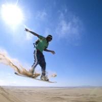 Le sandboard ou le surf sans faire de vagues en plein désert.