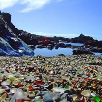 Marchez sur une plage de verre