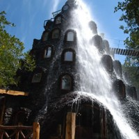 La Montaña Mágica Lodge : passez la nuit sous une cascade d'eau, au milieu d'une forêt chilienne !